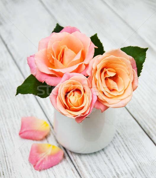 Vaas roze rozen oude witte houten Stockfoto © almaje