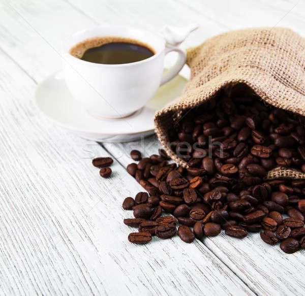 Kahve fincanı fasulye eski ahşap masa çanta karanlık Stok fotoğraf © almaje