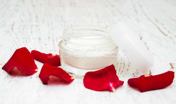 Creme pétalas de rosa velho cara Foto stock © almaje