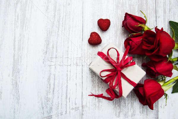 Stock foto: Rote · Rosen · Geschenkbox · Holz · Blume · Textur · Geburtstag