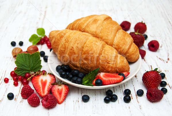 Friss bogyók croissantok fából készült háttér édes Stock fotó © almaje