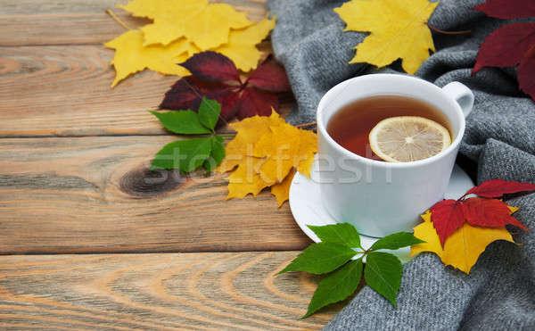 Taza taza de té té hojas de otoño edad mesa de madera Foto stock © almaje