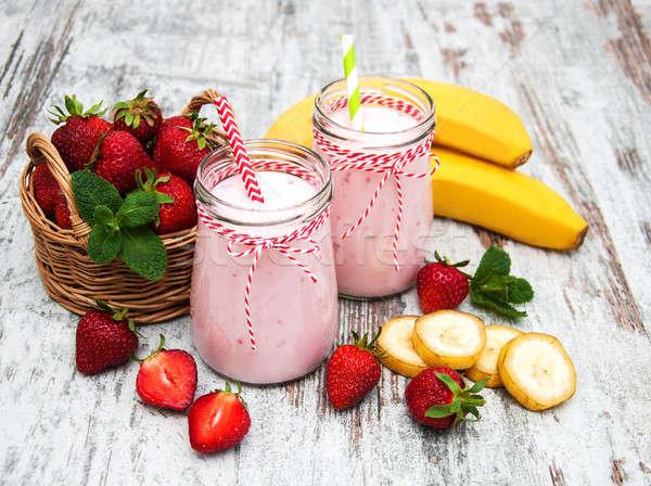 Yoghurt aardbeien bananen oude houten tafel voedsel Stockfoto © almaje
