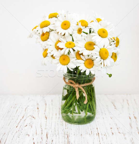 Virágcsokor százszorszépek váza öreg fából készült virág Stock fotó © almaje