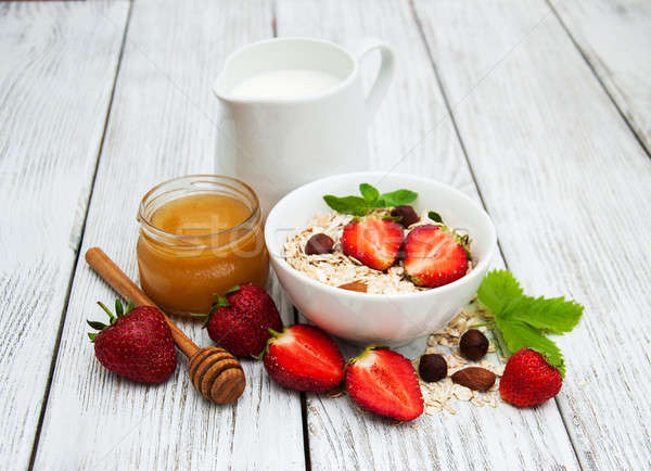 Muesli fraises lait miel vieux table en bois Photo stock © almaje