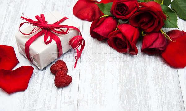 Rosas vermelhas caixa de presente flor textura coração Foto stock © almaje