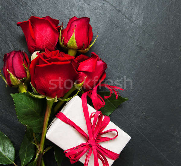 Stock photo: Red roses and gift box