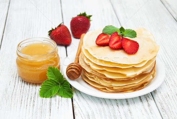 Panquecas morangos mel velho mesa de madeira vermelho Foto stock © almaje