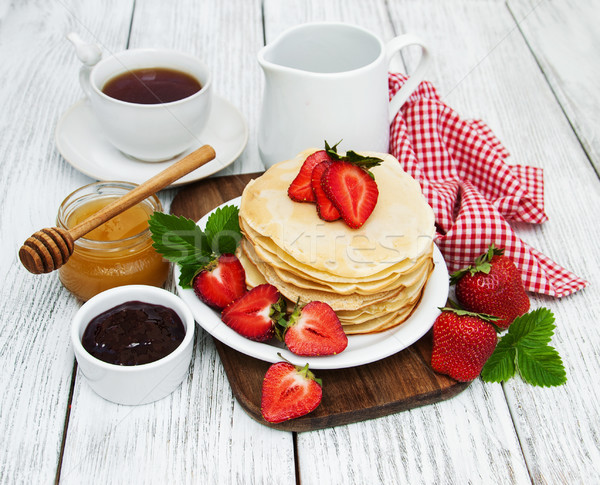 Krep çilek süt fincan çay eski Stok fotoğraf © almaje