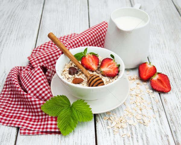 Musli truskawek mleka miodu starych drewniany stół Zdjęcia stock © almaje