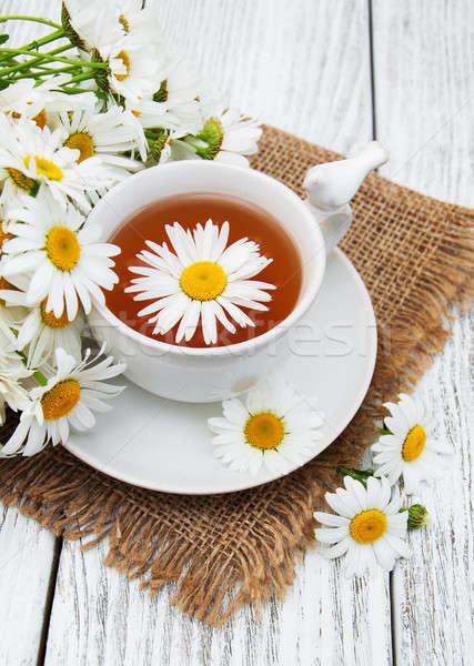 Copo chá medicinal camomila flores mesa de madeira flor Foto stock © almaje