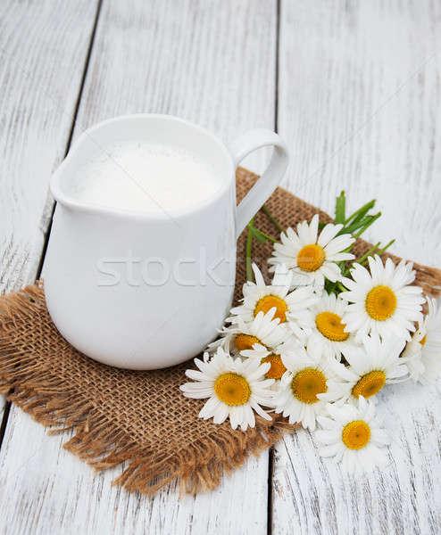 Kancsó tej kamilla virág fa asztal étel Stock fotó © almaje