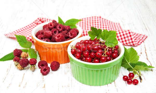 Piros ribiszke málna friss öreg fa asztal Stock fotó © almaje