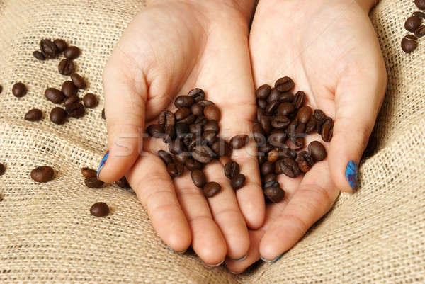 Koffiebonen vrouw palm handen voedsel hand Stockfoto © AlphaBaby