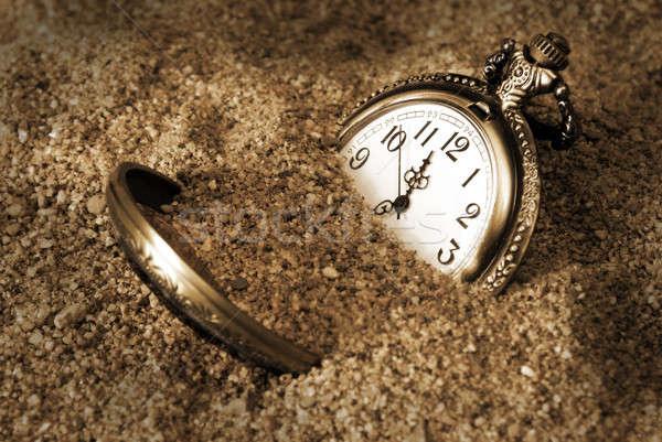 Perdido tiempo reloj de bolsillo enterrado sucia arena Foto stock © AlphaBaby