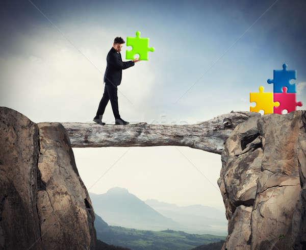 Biznesmen kawałek puzzle spaceru brakujący Zdjęcia stock © alphaspirit