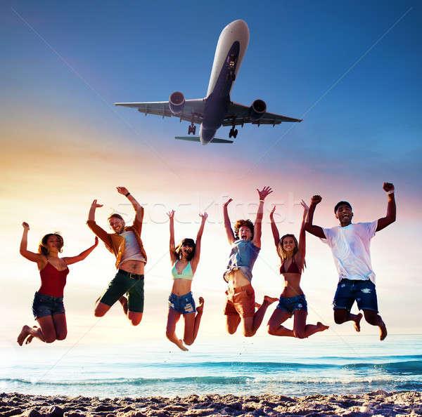 幸せ 笑みを浮かべて 友達 ジャンプ ビーチ 航空機 ストックフォト © alphaspirit