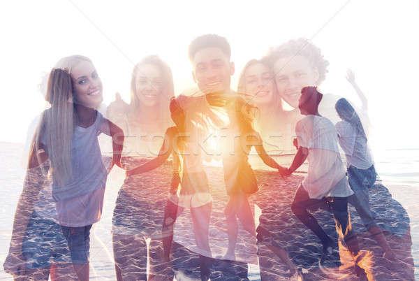 Grup mutlu arkadaşlar okyanus plaj Stok fotoğraf © alphaspirit