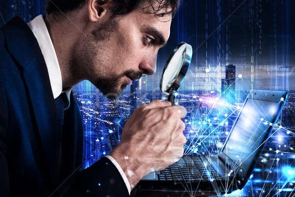 человека увеличительное стекло ноутбука программное анализ Сток-фото © alphaspirit