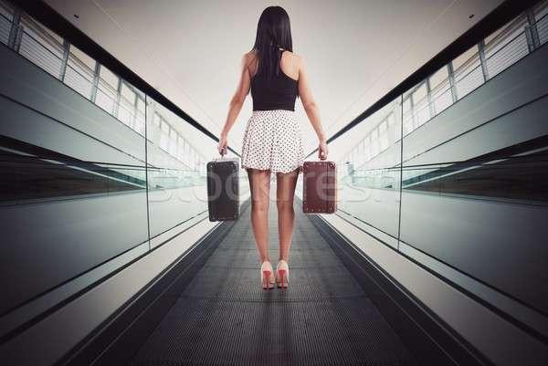 Vrouw roltrap bagage luchthaven zak koffer Stockfoto © alphaspirit