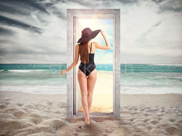 Mujer cruces puerta playa líder verano Foto stock © alphaspirit