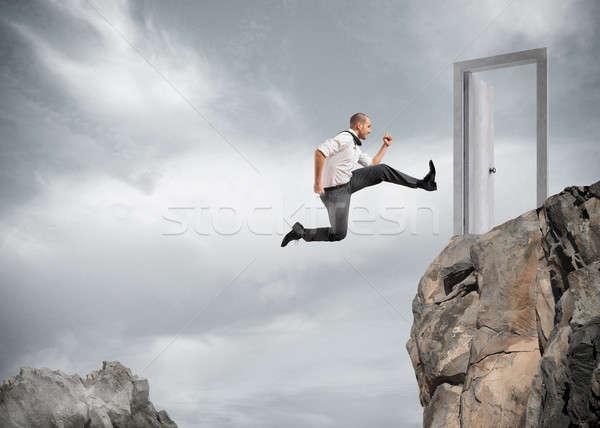 Foto stock: Empresário · saltando · montanhas · alcançar · porta · ambição
