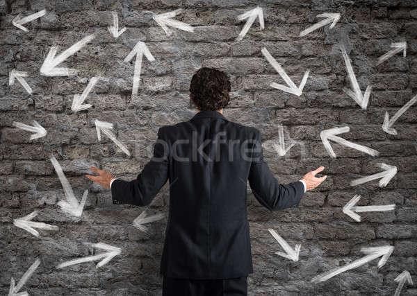 Foto stock: Difícil · opciones · empresario · confundirse · mirando · pared