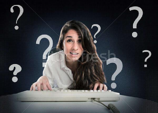 Pytania internetowych kobieta komputera pomoc Zdjęcia stock © alphaspirit