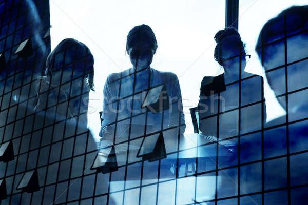 Sziluett üzletember iroda felhőkarcoló hatás együttműködés Stock fotó © alphaspirit