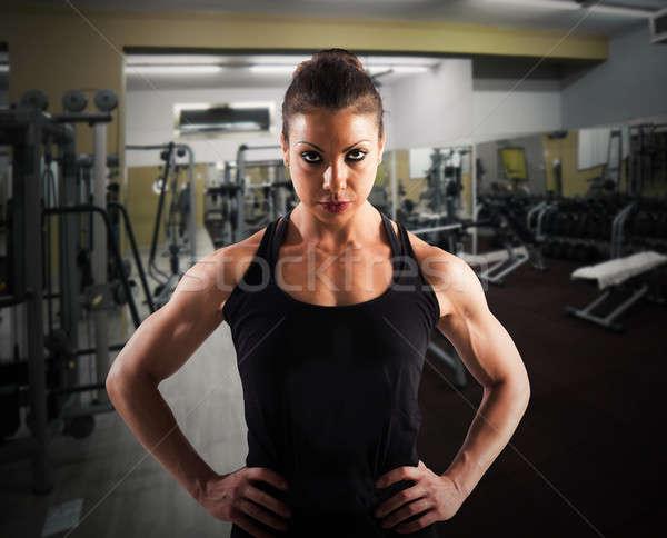 Determinado treinador mulher ginásio exercer músculo Foto stock © alphaspirit