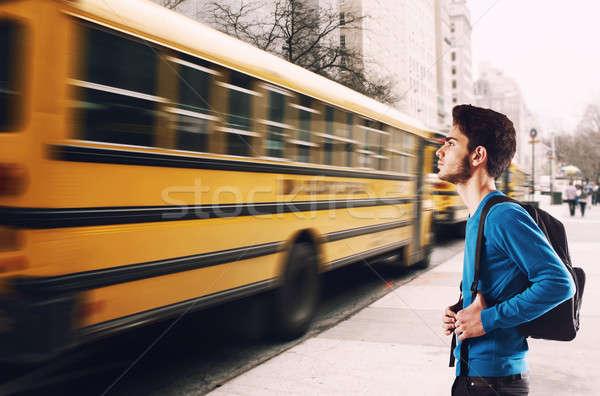 Stok fotoğraf: Bekleme · okul · otobüsü · genç · öğrenci · sırt · çantası · otobüs