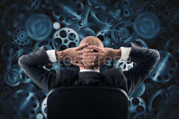 Zakenman vergadering stoel kijken muur Stockfoto © alphaspirit