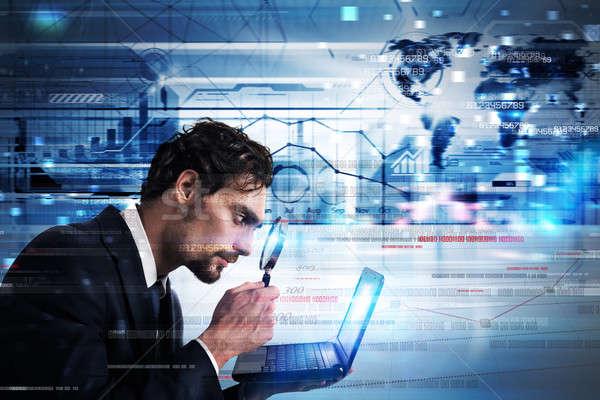 анализ ПК бизнесмен смотрят увеличить объектив Сток-фото © alphaspirit
