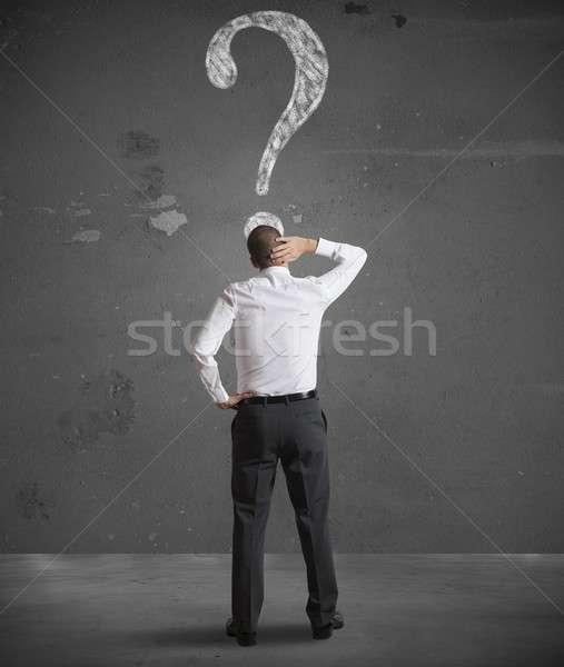 Verward zakenman naar vraagteken muur man Stockfoto © alphaspirit