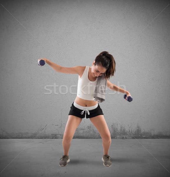 Exercício constrangedor menina elevador pesos mulher Foto stock © alphaspirit