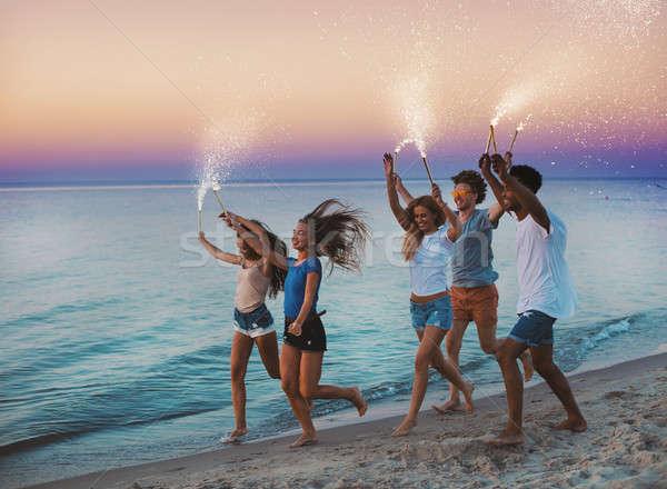 Felice sorridere amici esecuzione spiaggia frizzante Foto d'archivio © alphaspirit