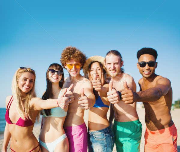 Groep vrienden strand zomertijd gelukkig Stockfoto © alphaspirit