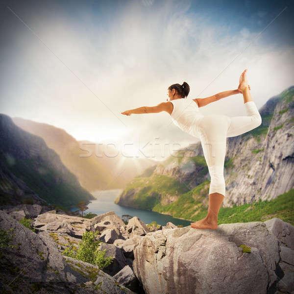 Yoga naturaleza mujer equilibrio deporte Foto stock © alphaspirit