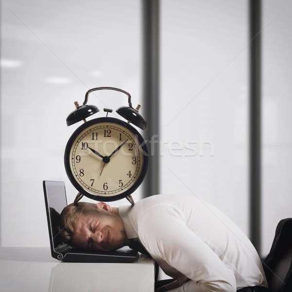 Сток-фото: Сроки · бизнесмен · ноутбука · большой · будильник · голову