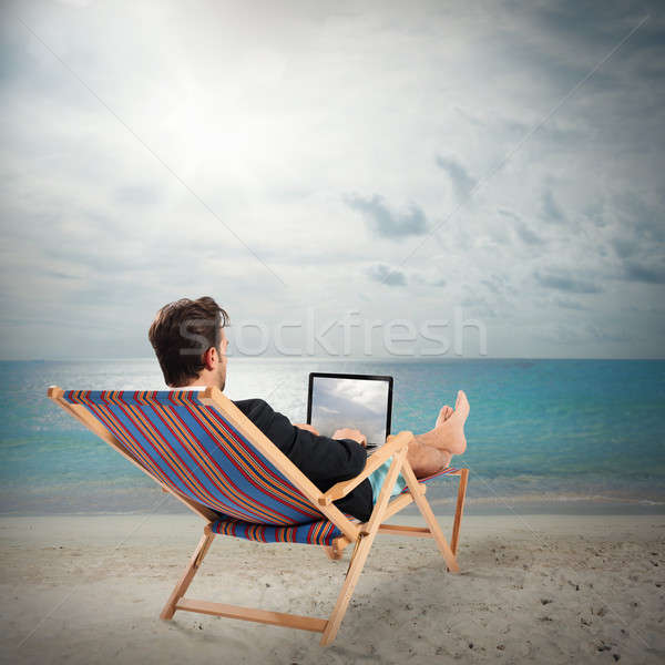 Attente vacances homme chaise longue portable plage Photo stock © alphaspirit