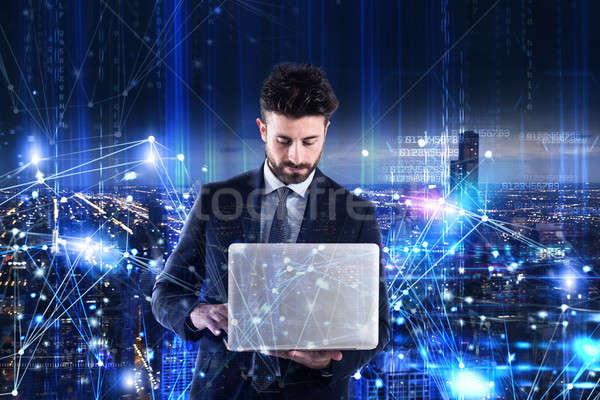 Homem trabalhando laptop software análise programação Foto stock © alphaspirit