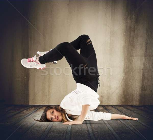 Breakdance meisje behendig danser pose vrouw Stockfoto © alphaspirit