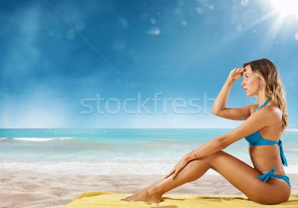 Lány bikini tengerpart néz új úticél Stock fotó © alphaspirit