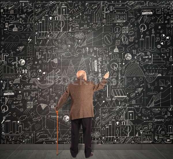 Gênio negócio senior escrever lousa trabalhador Foto stock © alphaspirit