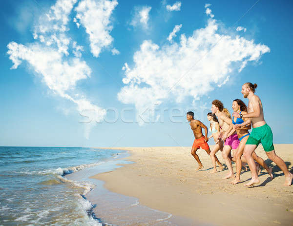 Groep vrienden lopen zee wereldkaart wolken Stockfoto © alphaspirit