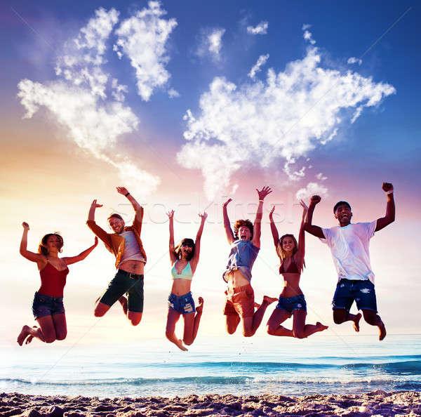 Gelukkig glimlachend vrienden springen blauwe hemel wereldkaart Stockfoto © alphaspirit