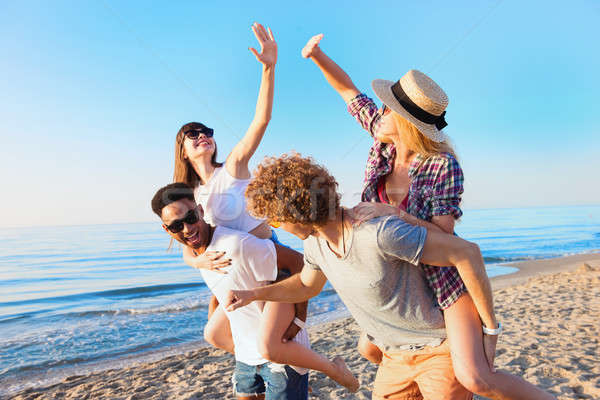 Vrolijk jonge vrienden genieten zomertijd strand Stockfoto © alphaspirit