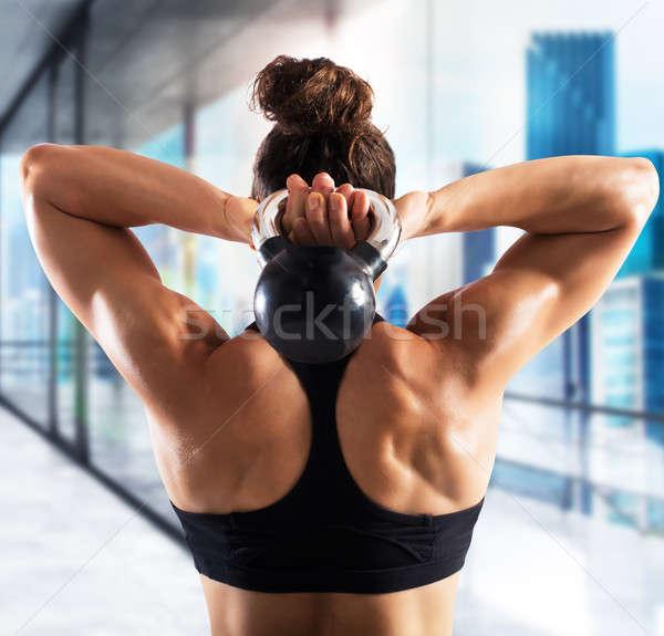 тренировки гири мышечный женщину за поездов Сток-фото © alphaspirit