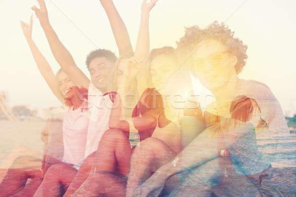 Csoport boldog barátok szórakozás óceán tengerpart Stock fotó © alphaspirit