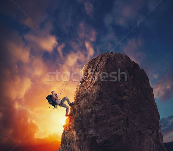 üzletember mászik hegy zászló vívmány üzlet Stock fotó © alphaspirit
